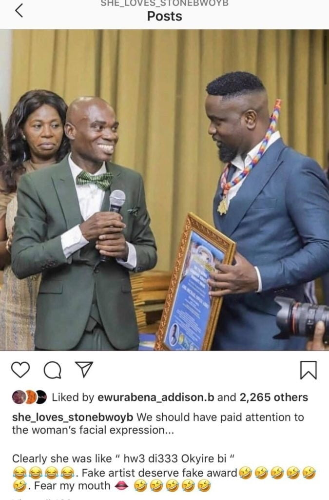 A staunch fan of Stonebwoy, Ayisha Modi has mocked Sarkodie over an alleged fake United Nations (UN) honorary award.